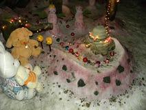 Amusement de Noël parmi des bonhommes de neige et des jouets de peluche Photo libre de droits