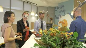 Amusement de Pâques au bureau clips vidéos