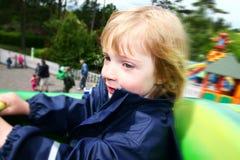 Amusement de parc à thème de conduite d'enfant Image stock