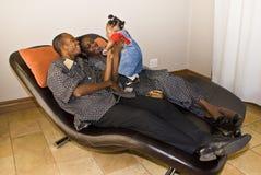 Amusement de pièce de famille - heures de récréation de famille Images stock