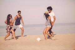Amusement de plage avec des amis Photos stock
