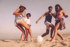 Amusement de plage avec des amis Photo libre de droits