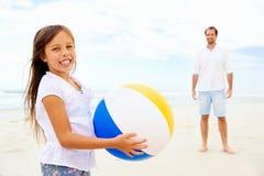 Amusement de plage de famille Photographie stock libre de droits