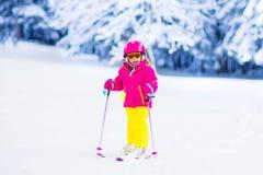 Amusement de ski et de neige de famille en montagnes d'hiver Photo libre de droits