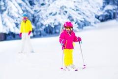 Amusement de ski et de neige de famille en montagnes d'hiver Photos libres de droits