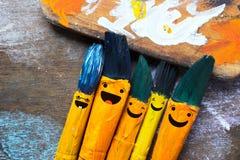 Amusement de sourire de brosses et heureux colorés Photos libres de droits