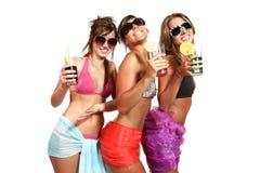 Amusement de trois filles avec une boisson Photo stock