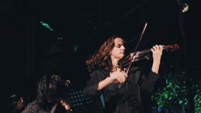Amusement de trois violonistes et provocateur jeu sur la scène Excellente représentation de l'ensemble instrumental Groupe de roc banque de vidéos