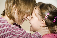 Amusement des enfants - soeur Photo libre de droits