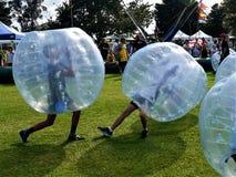 Amusement : deux garçons jouant des boules de bosse zorbing images libres de droits