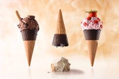 Amusement différent d'été de trois goûts de cornet de crème glacée Image libre de droits