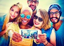 Amusement divers d'amis d'été collant le concept de Selfie Photos stock