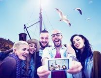 Amusement divers d'amis d'été collant le concept futé de téléphone Photo libre de droits