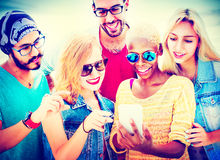 Amusement divers d'amis d'été collant le concept futé de téléphone Photos libres de droits