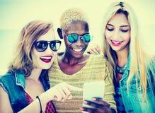 Amusement divers d'amis d'été collant le concept futé de téléphone Images libres de droits