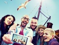 Amusement divers d'amis d'été collant le concept futé de téléphone Image libre de droits