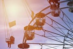 Amusement en Luna Park, les gens sur la montagne russe et la grande roue, images stock