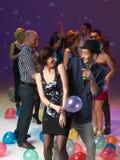 Amusement et danse de disco avec des amis Images libres de droits