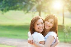 Amusement extérieur de soeurs adultes asiatiques Image stock