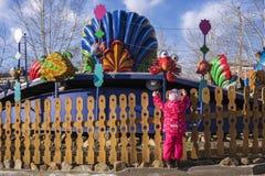 amusement girl little park Θέλει να πάρει στους γύρους Στοκ Εικόνες