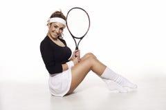 Amusement, jeune femme heureuse prête à jouer au tennis images stock