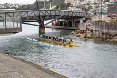 Amusement kayaking avec des adolescents Photo stock