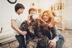 Amusement masculin paralysé de Family Are Having de soldat photos stock