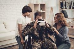 Amusement masculin paralysé de Family Are Having de soldat image stock