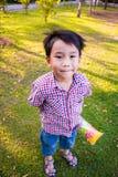 Amusement mignon de garçon en parc Lumière du soleil en parc Photographie stock