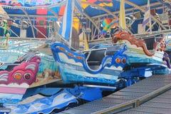 Amusement Parc avec des bateaux sur autour Photos stock
