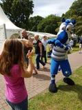 Amusement pour des enfants et l'aspect d'une légende de mSv la mascotte Ennatz Photo libre de droits