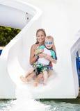 Amusement sur la glissière d'eau au waterpark Photos stock