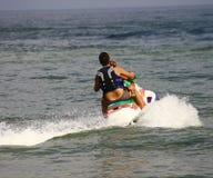 Amusement sur un scooter de l'eau Image stock