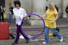 Amuseur de rue dans la région o du marché de jardin de Covent Images stock