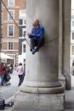 Amuseur de rue sur le marché de jardin de Covent photographie stock libre de droits