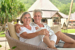 Amusing old couple at cafe table Royalty Free Stock Photos