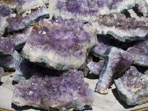 Amythyst宝石和矿物待售在布赖斯村庄在犹他美国 免版税库存照片