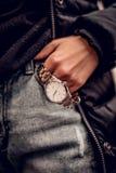 Amzing elegancki srebny zegarek w kobiety ręce zdjęcie stock