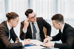 Análise da informação dos homens de negócio da reunião do gerente Imagens de Stock Royalty Free