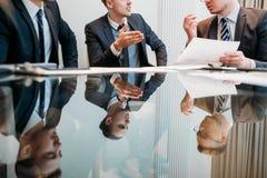 Análise da informação dos homens de negócio da reunião do gerente Fotografia de Stock