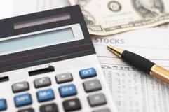 Análise de dados do mercado de valores de acção, com dinheiro Foto de Stock