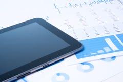 Análise de negócio moderna com tabuleta Fotografia de Stock Royalty Free