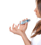 Análise de sangue nivelada de medição da glicose da mulher paciente do diabetes fotos de stock