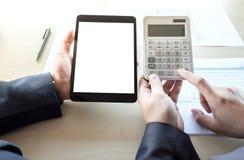 Análise do homem de negócios na calculadora, dat financeiro do gráfico do plano novo Imagem de Stock