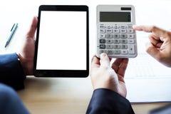 Análise do homem de negócios na calculadora, dat financeiro do gráfico do plano novo Fotos de Stock