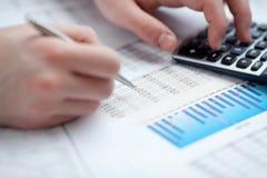 Análise dos dados financeiros. Contagem na calculadora. Fotografia de Stock Royalty Free