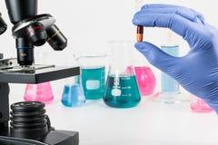 Análise dos medicamento no laboratório Investigação médica e ciência das doenças Fotos de Stock Royalty Free