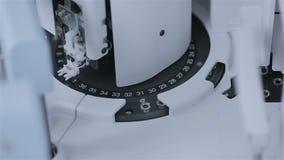 Análise robótico do laboratório e diagnósticos das amostras em uns tubos de ensaio com equipamento automatizado moderno filme