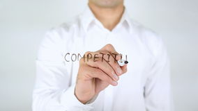 Análisis competitivo, escritura del hombre sobre el vidrio almacen de metraje de vídeo
