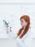 Análisis de estructura molecular del laboratorio de química Foto de archivo libre de regalías